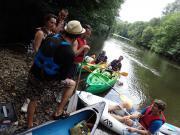 Situation de rencontre avec un public de passage en canoë